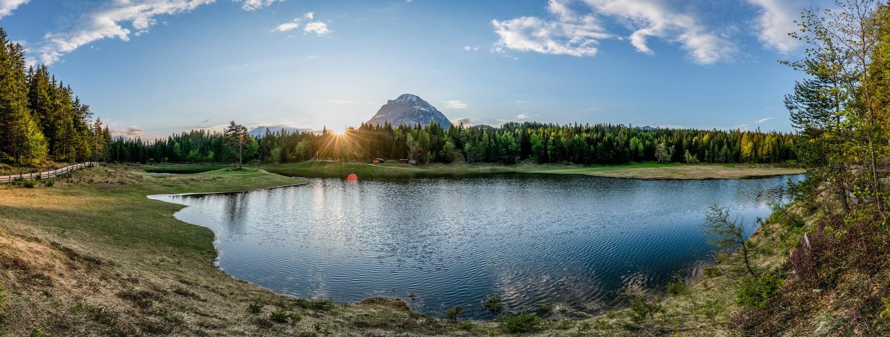 Lottensee in den österreichischen Alpen während eines schönen Sommertages