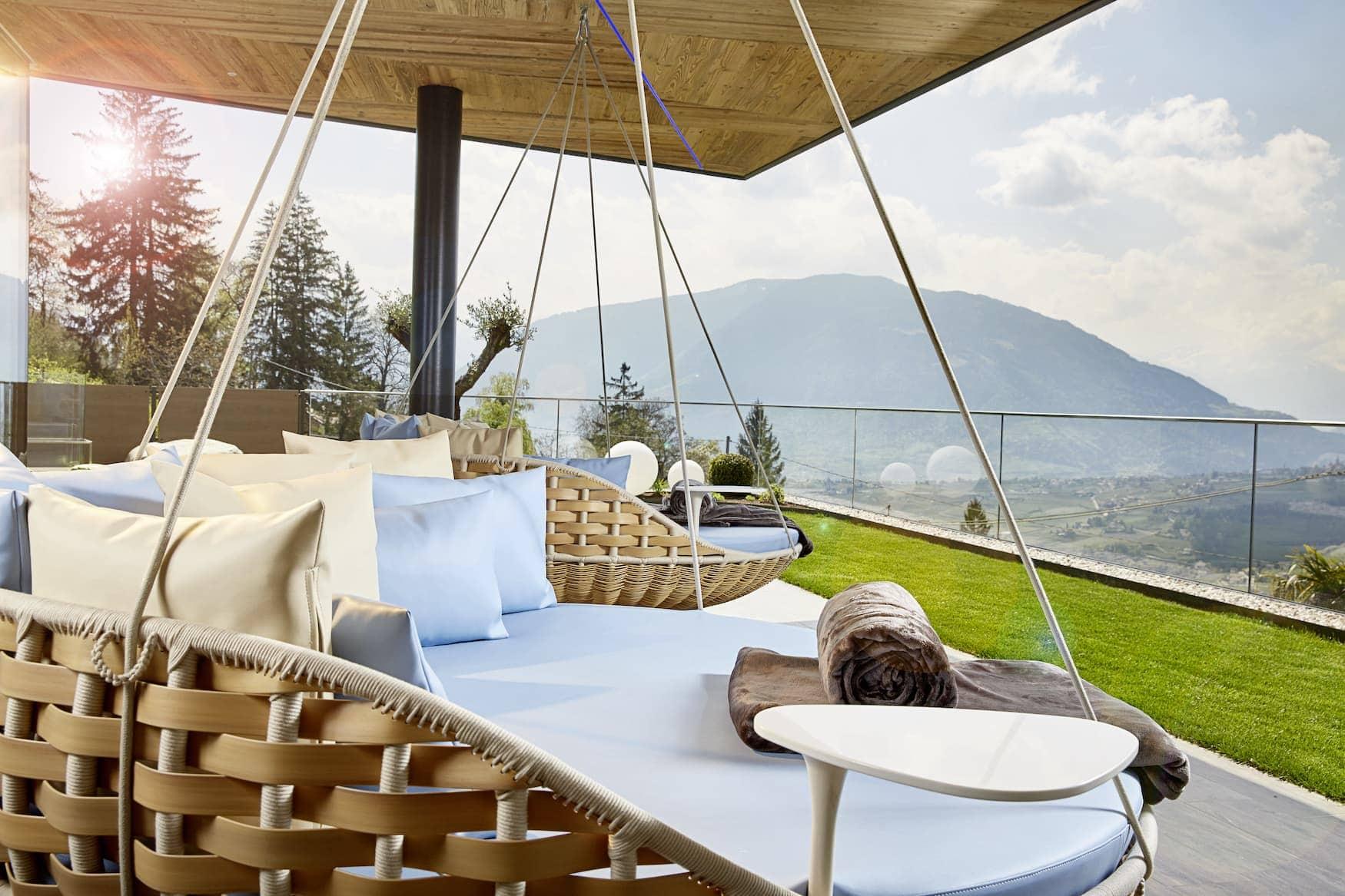 Gemütliche Liegen auf der Terrasse eines Spa-Hotels in Südtirol
