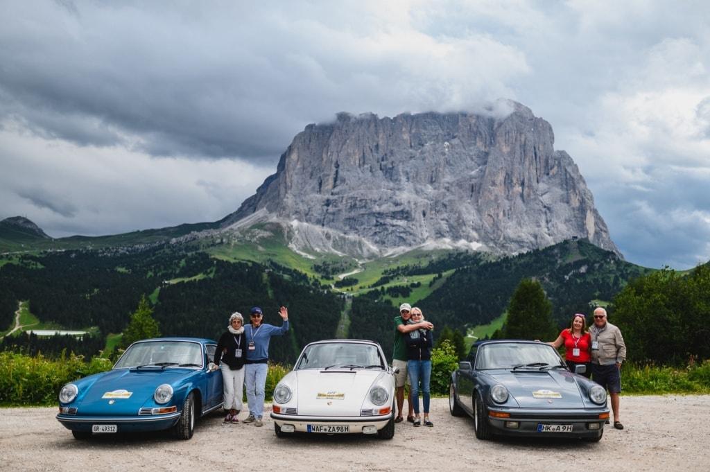Sichtlich stolz präsentieren die Fahrer ihre Oldtimer für die Rallye.