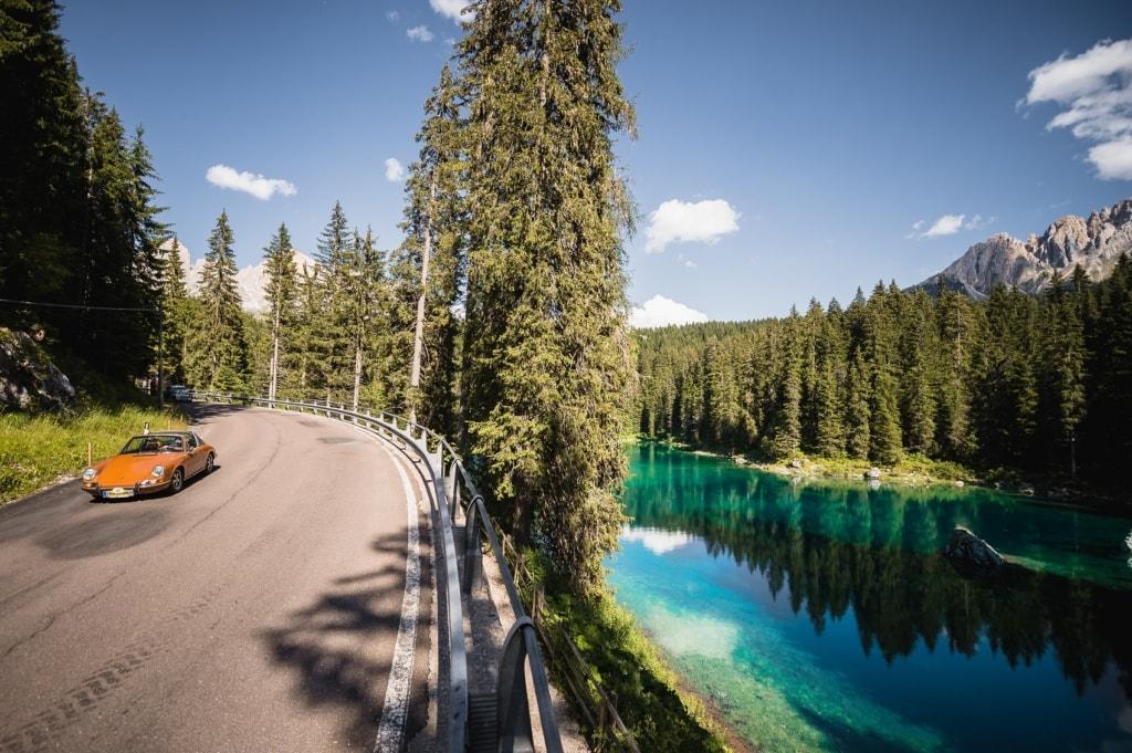 Die Szenerie des Südtirol Classic Schenna Oldtimer-Rennens könnten schöner nicht sein.