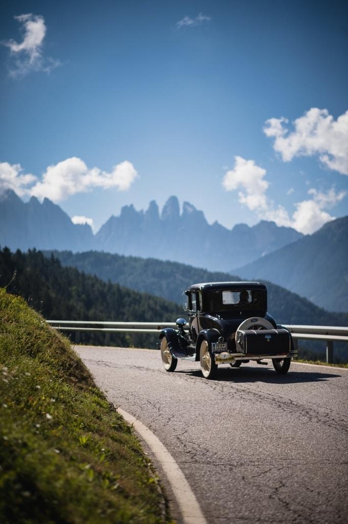 Bei der Südtirol Classic Schenna führt eine Etappe durch die Dolomiten mit ihren berühmten drei Zinnen im Hintergrund.