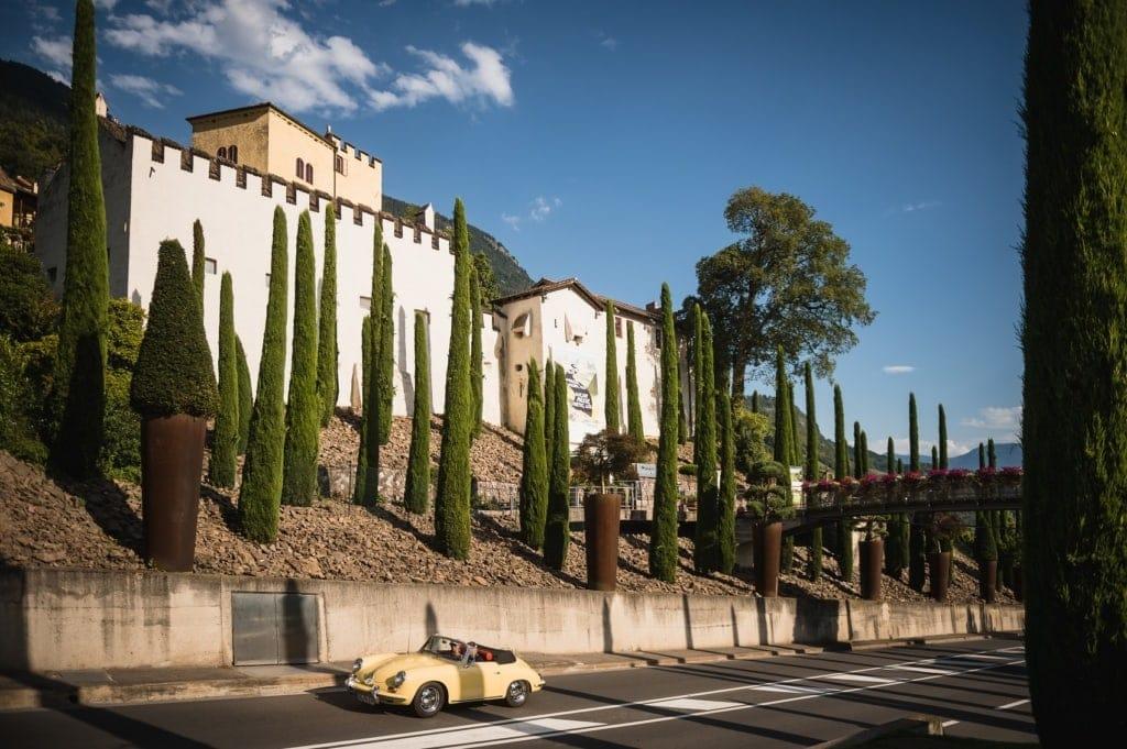 Bei einer Etappe der Oldtimer-Rallye kommt man an schmucken italienischen Orten vorbei.