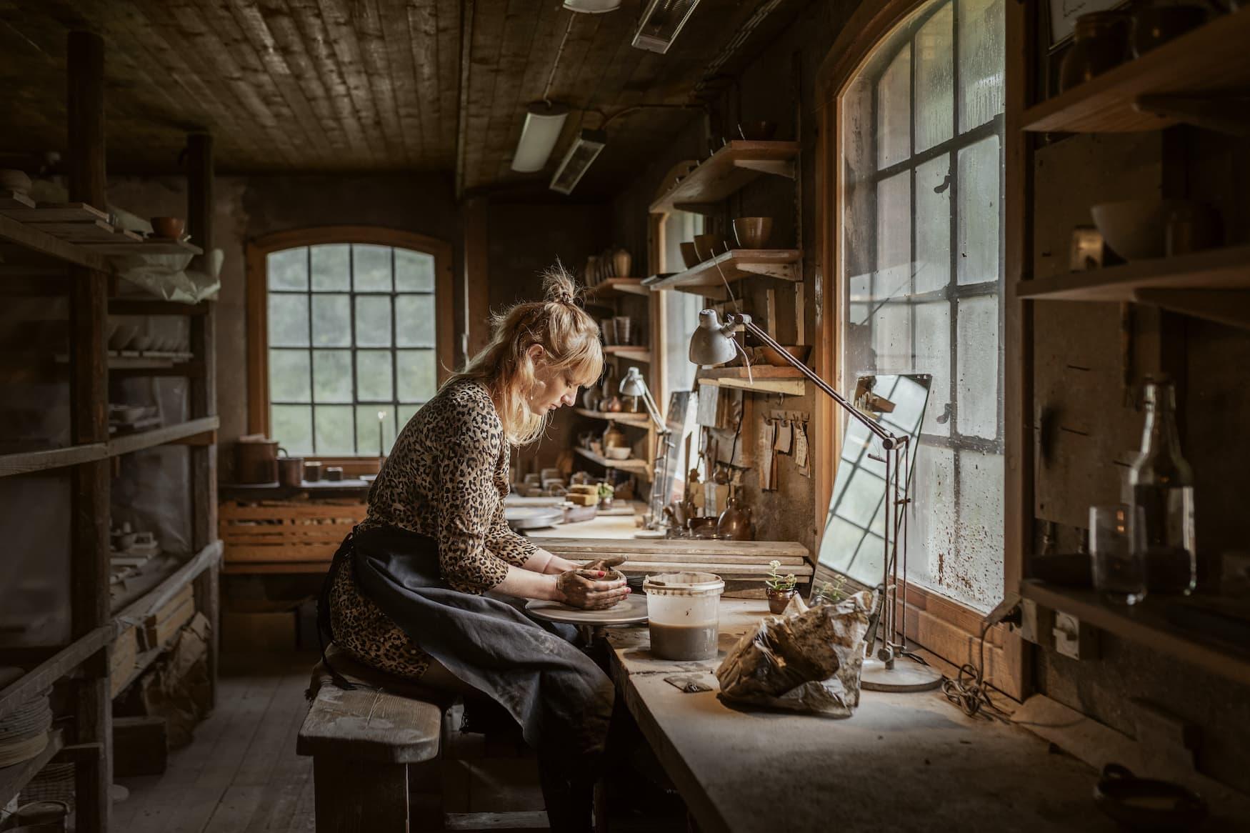 Frau stellt Keramik in Wallåkra-Fabrik in Skane her