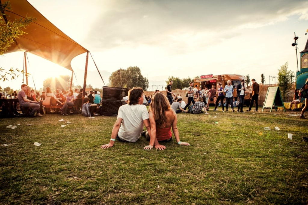 Junge Leute beim Westerpark Festival in Amsterdam