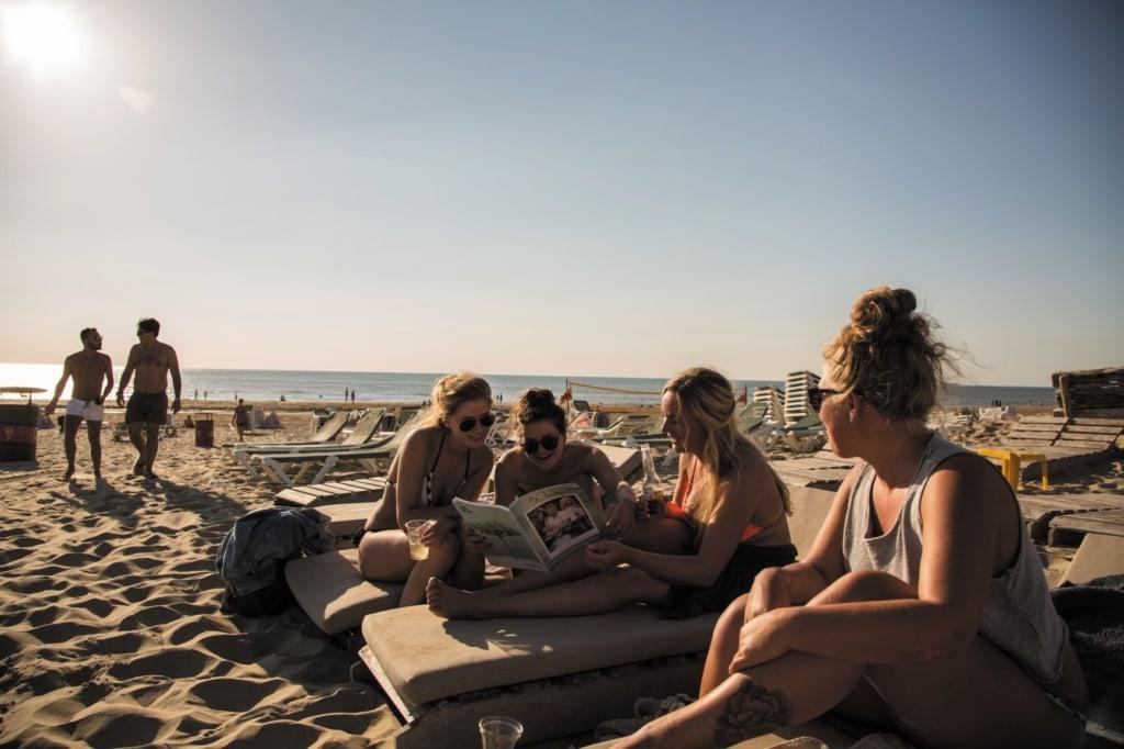 Junge Leute am Strand in Zandvoort