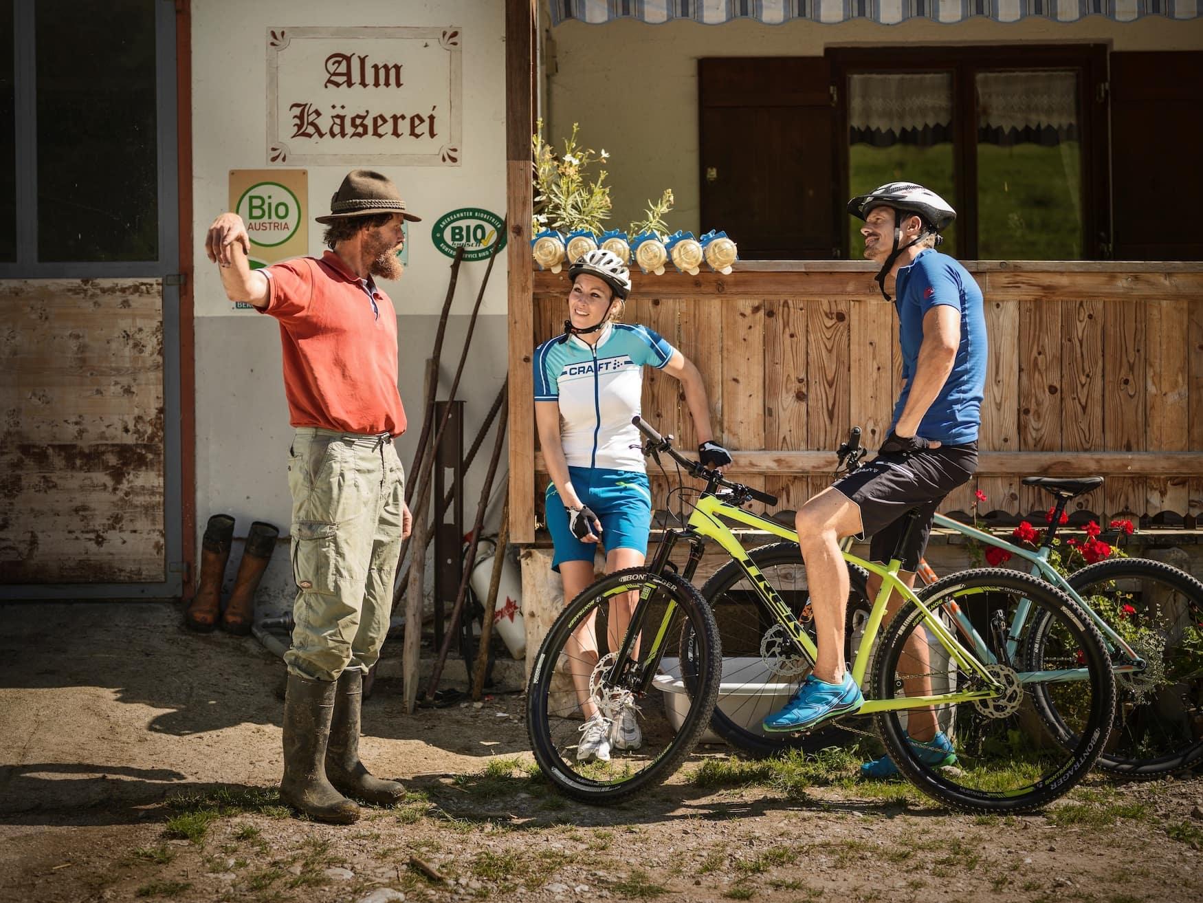 Biker machen eine Rast in einer Almkäserei im Kufsteinerland