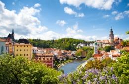 Gärten in Tschechien blühen so schön im Frühling, wie hier am Cesky Krumlov