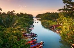Fischerboote auf dem White River in St. Ann auf Jamaika
