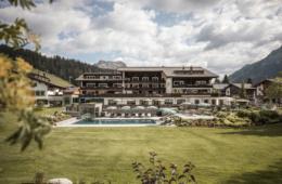 Außenfassade des Hotels Arlberg in Lech