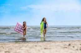 Ostsee mit Luftmatratzen: Josi und Luna am Strand von Trassenheide. | TMV/Tiemann