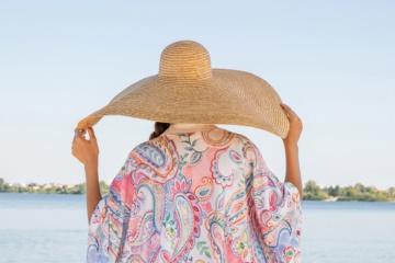 Frau trägt einen bunten Kimono von möve und einen großen Sonnenhut