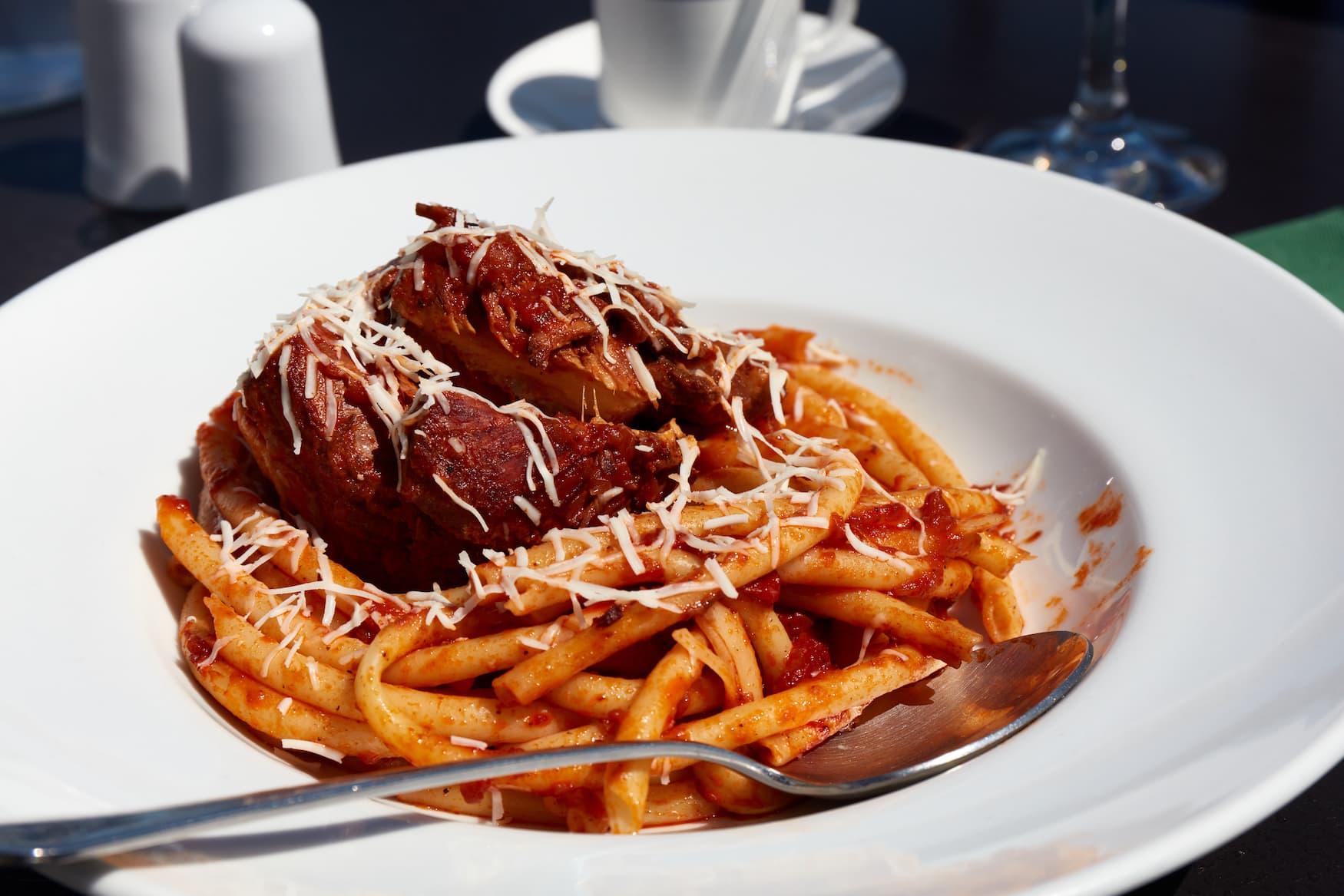 Frisch im Restaurant serviert Pastitsada vom Rind mit Bucatini-Nudeln. Das berühmteste und charakteristische Gericht von der Insel Korfu in Griechenland.