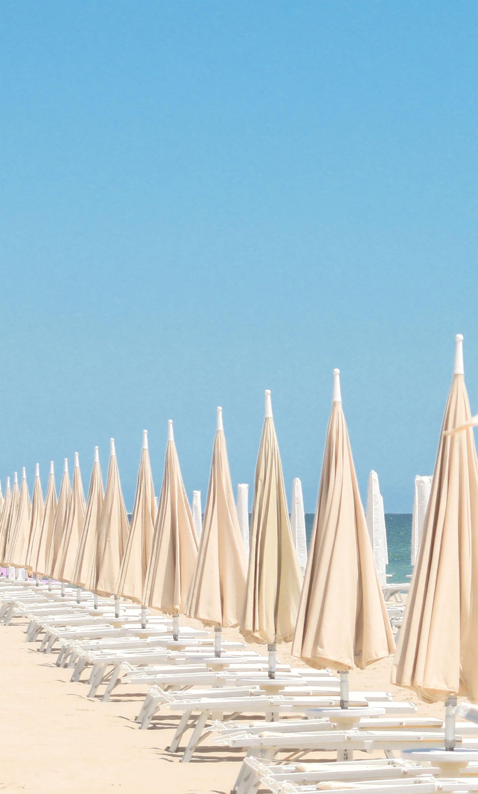 Liegestühle am Strand von Rimini