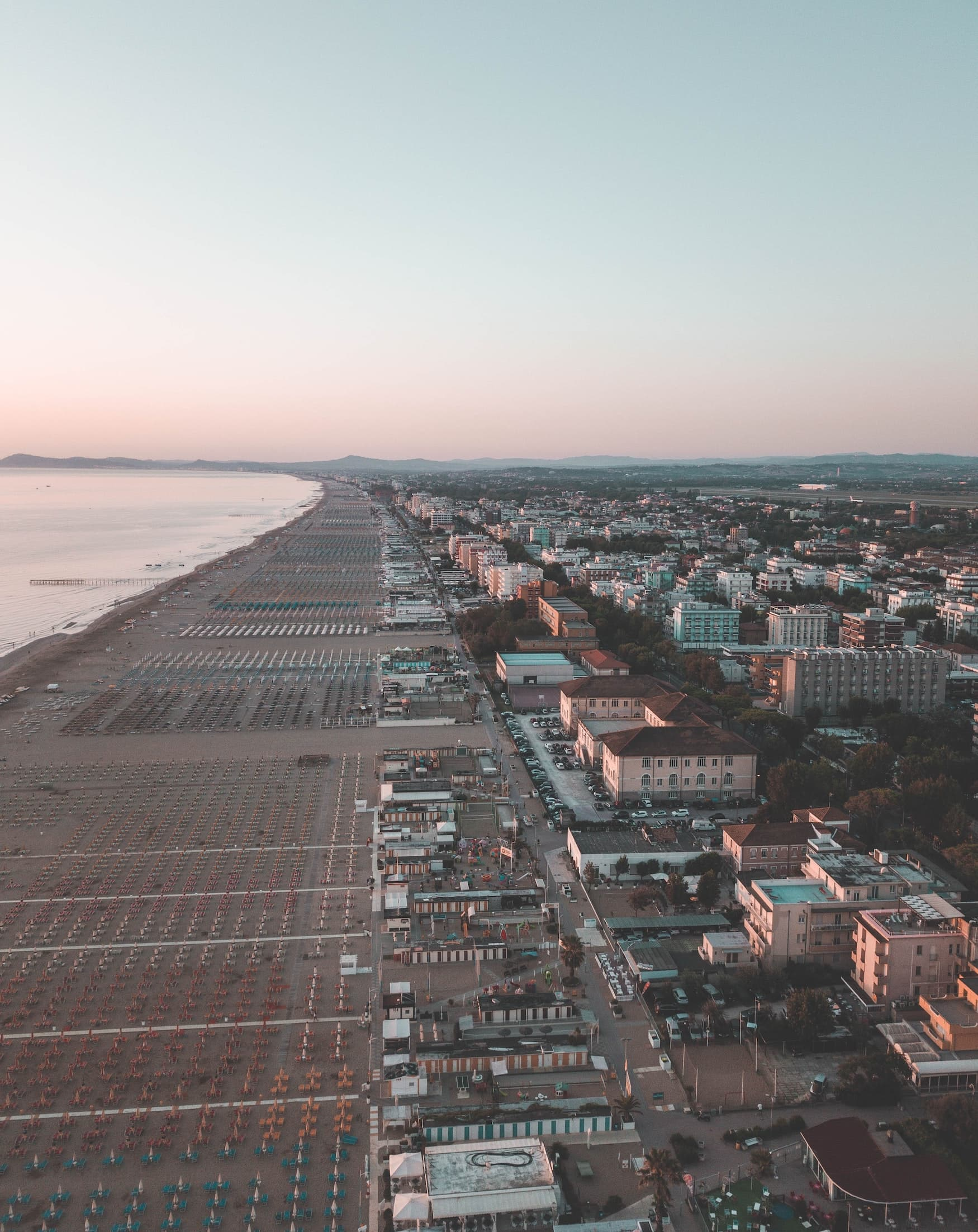 Sonnenuntergang über dem Strand von Rimini