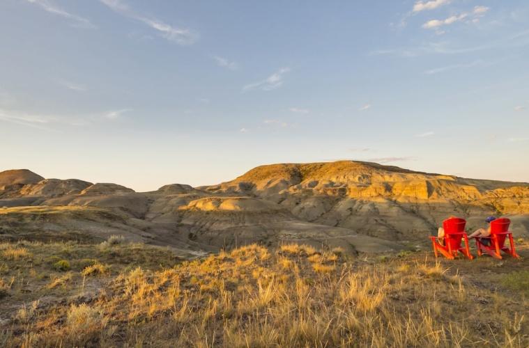 Zwei rote Stühle stehen in Landschaften von Saskatchewan in Kanada