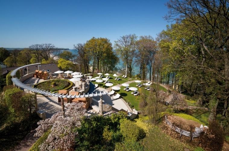 Terrasse und Liegewiese im Travel Charme Hotel Nordperd und Villen Göhren