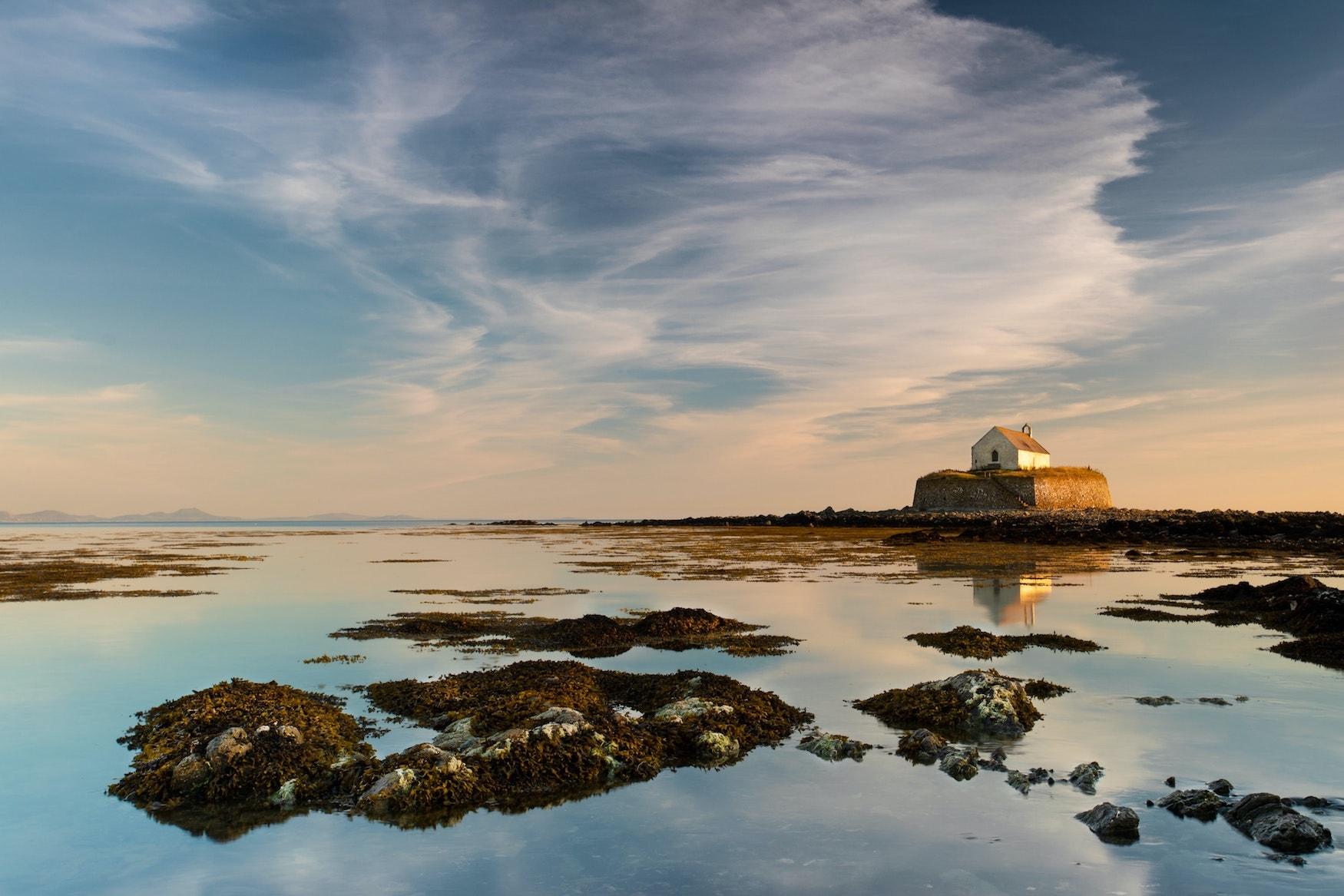 Kapelle mitten im Meer auf Anglesey