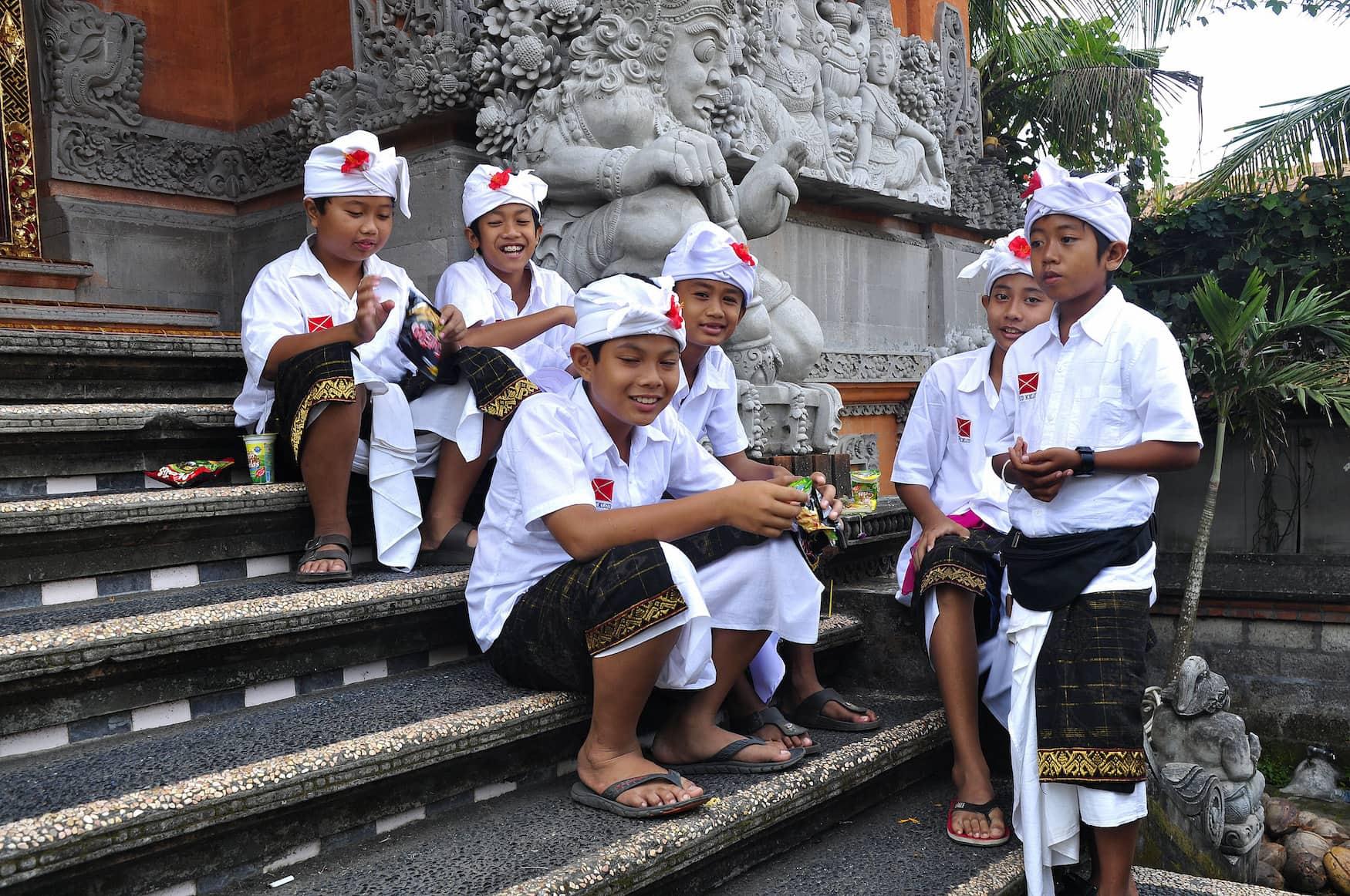 Einheimische Jungs mit typischer Kopfbedeckung, dem Deng, auf Bali