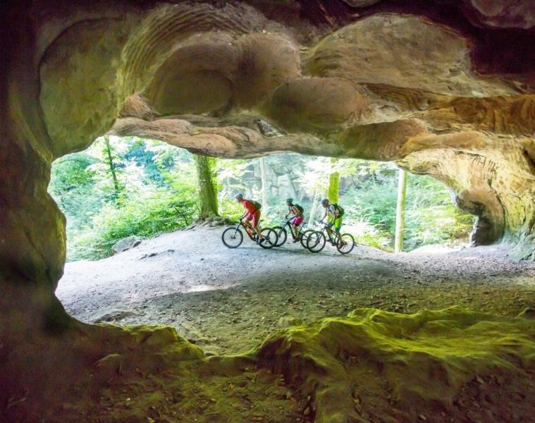 Radfahrer im Müllerthal in Luxemburg