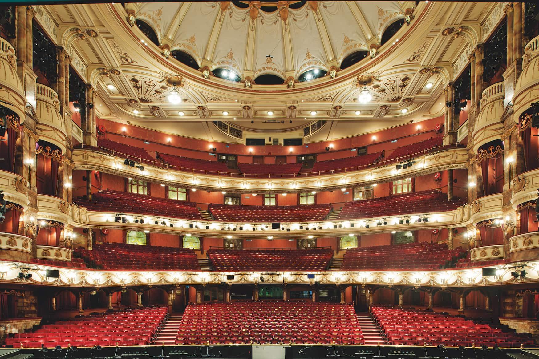 Saal im Coliseum in London mit viel rotem Samt und Gold