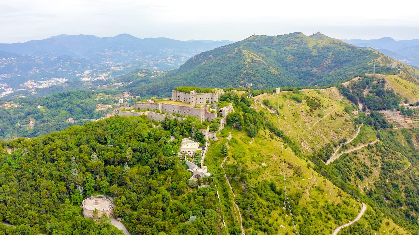 In Genua genießt man auf diversen Aussichtspunkten wie etwa an der Forte Sperona tolle Ausblicke auf das umliegende Tal