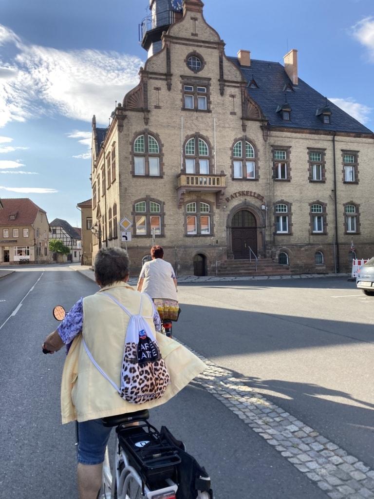 Frau Uhlig flitzt unserer Redakteurin auf dem Unstrut-Radweg davon.