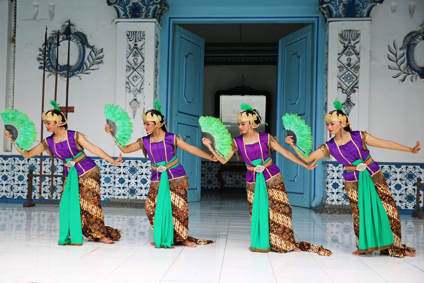 Tänzerinnen führen lokalen Tanz auf Java auf