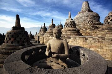 Buddhistische Figuren im Borobudur-tempel auf Java