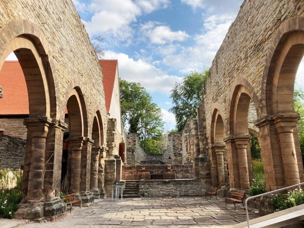 Im Kloster in Memleben kommen Radfahrer in einem echten Kloster unter.