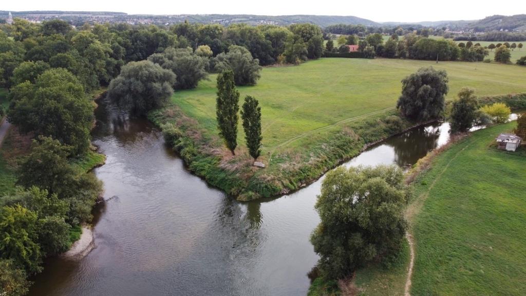 Bei Naumburg mündet die Unstrut in die Saale.