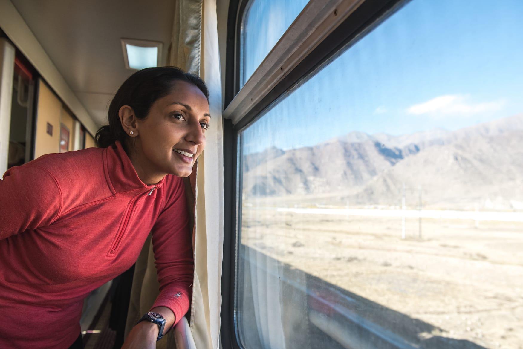 In 80 Zügen um die Welt: Autorin schaut aus Zugfenster auf die Landschaften in Lhasa, Tibet