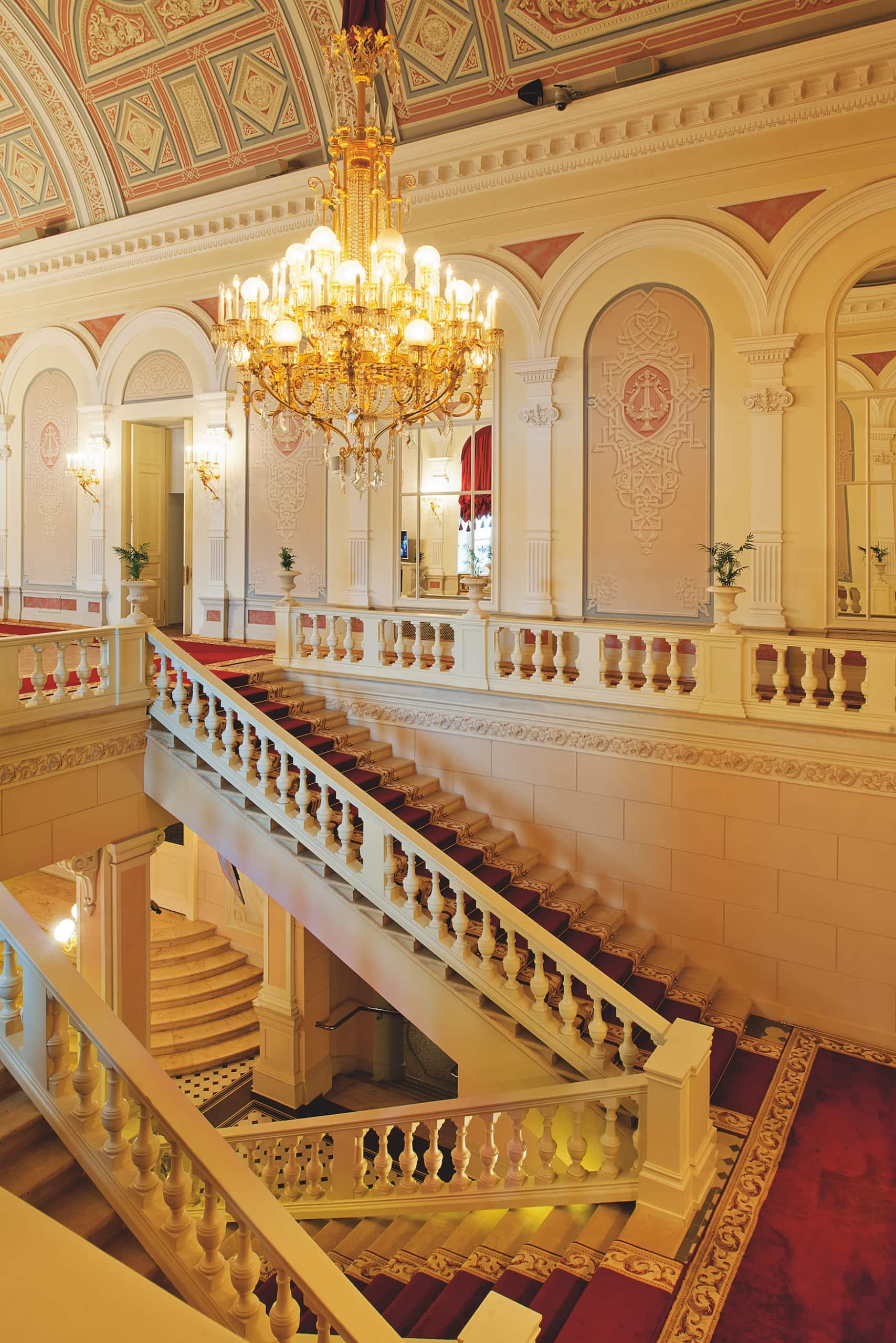 Treppenstufen im Inneren des edeln Bolschoi-Theater-Theaters in Moskau, einem der schönsten Opernhäuser weltweit