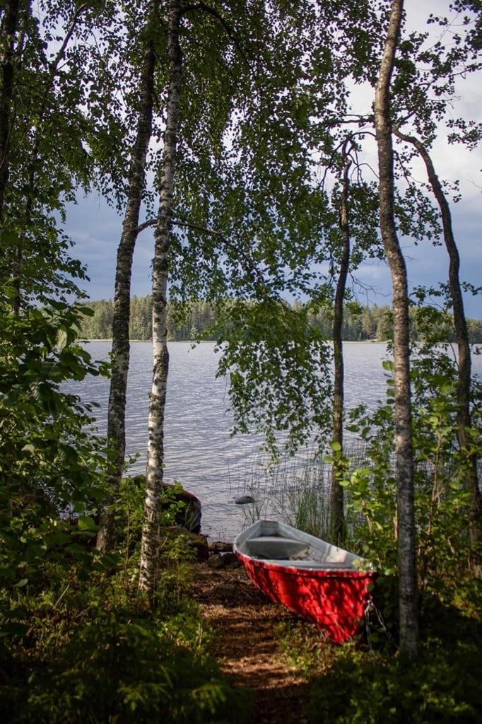 Kanu zwischen Bäumen am Saimaa See in Finnland ,