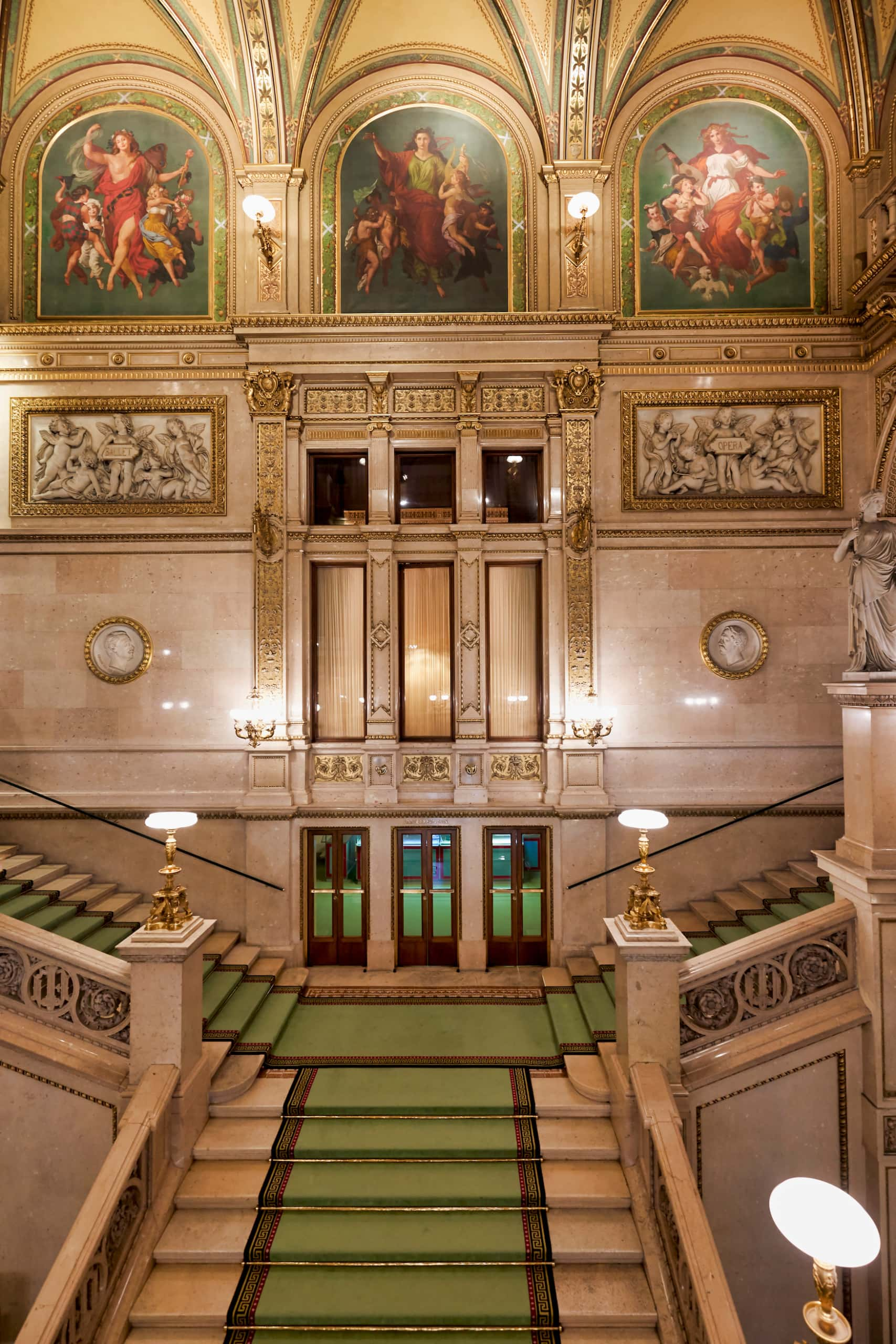 Treppenaufgang in der Wiener Staatsoper