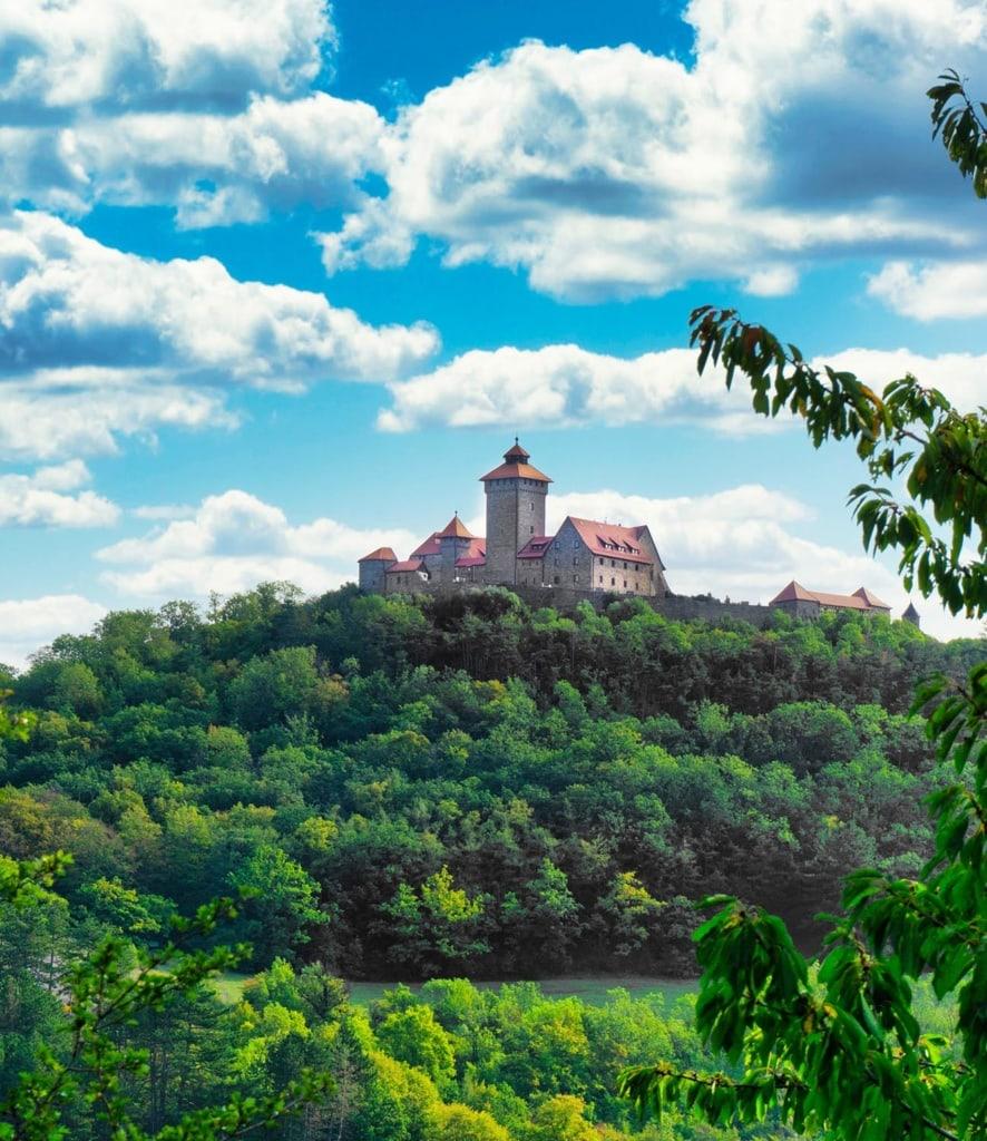 Schloss Drei Gleichen in Thüringen bei blauen Himmel