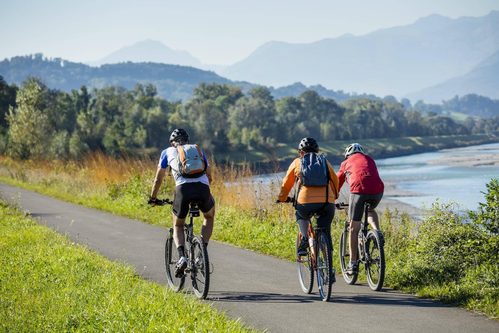 Fahrradfahrer fahren durch Liechtenstein