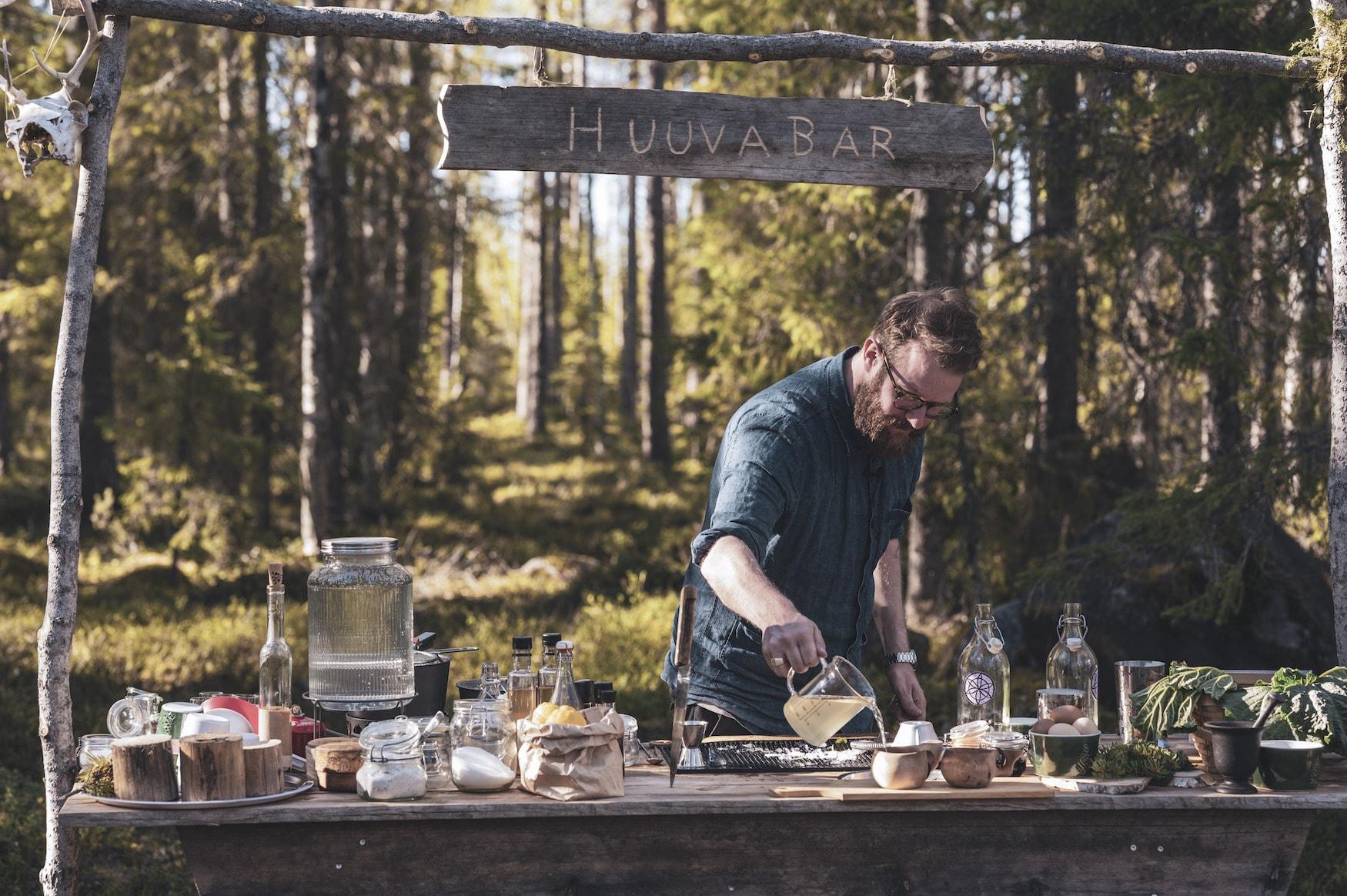 Barkeeper mischt Cocktails in open-Air-Bar