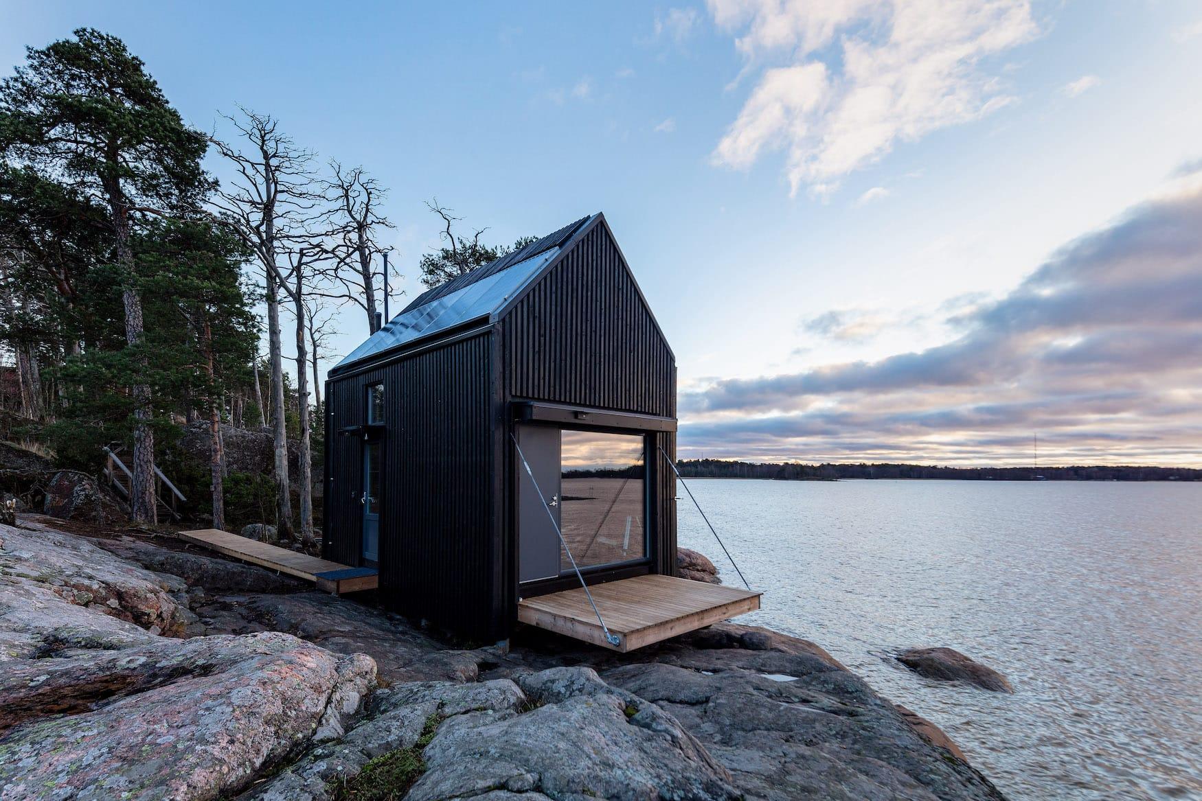 Holzhütte eines Hotels in Finnland an der Küste bei Helsinki