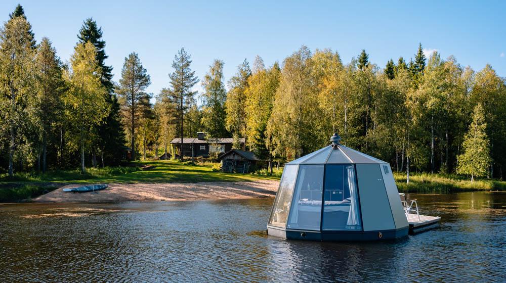 Schwimmende Lodge auf finnischem See
