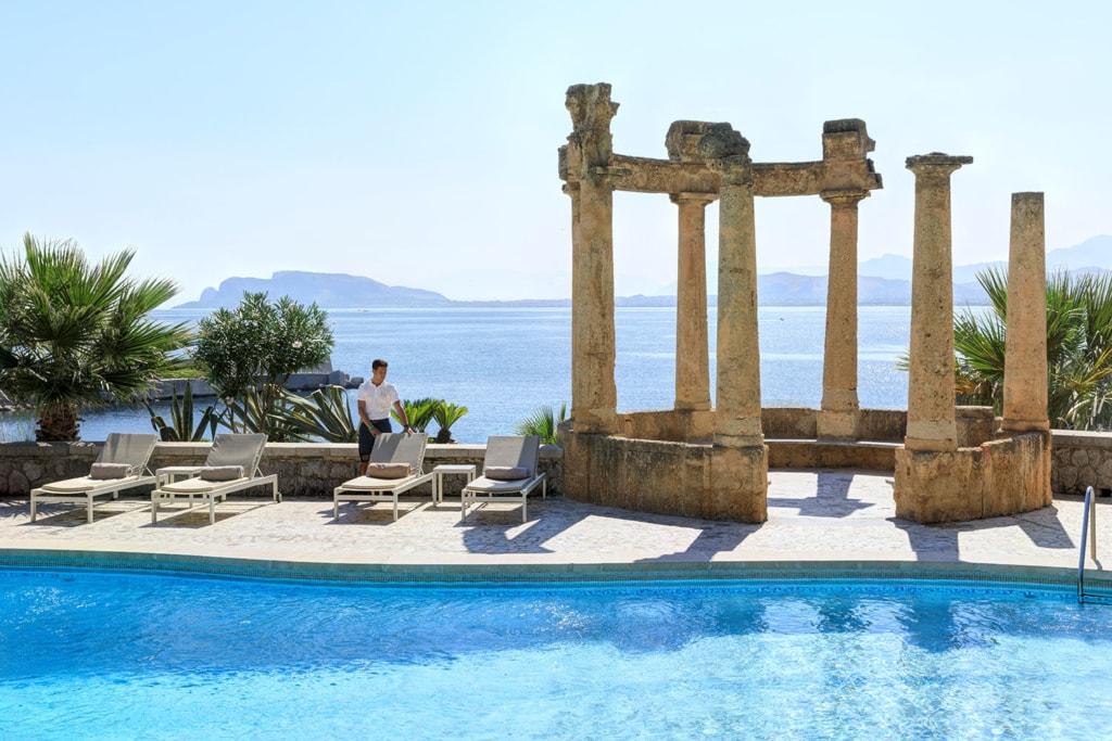 Pool mit Artefakt und Sonnenliegen