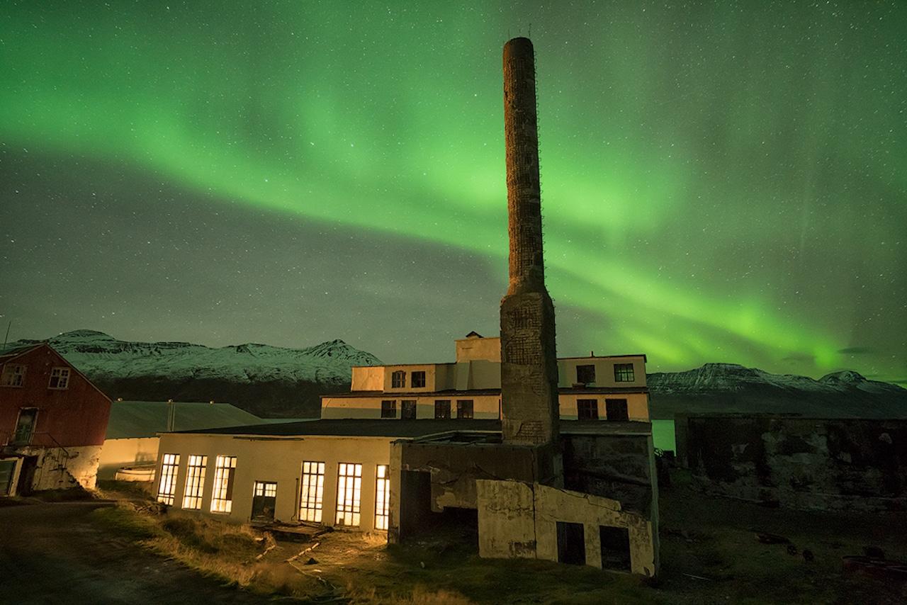 Nordlichter über dem Hotel Djúpavik, einer der schönsten Unterkünfte auf Island