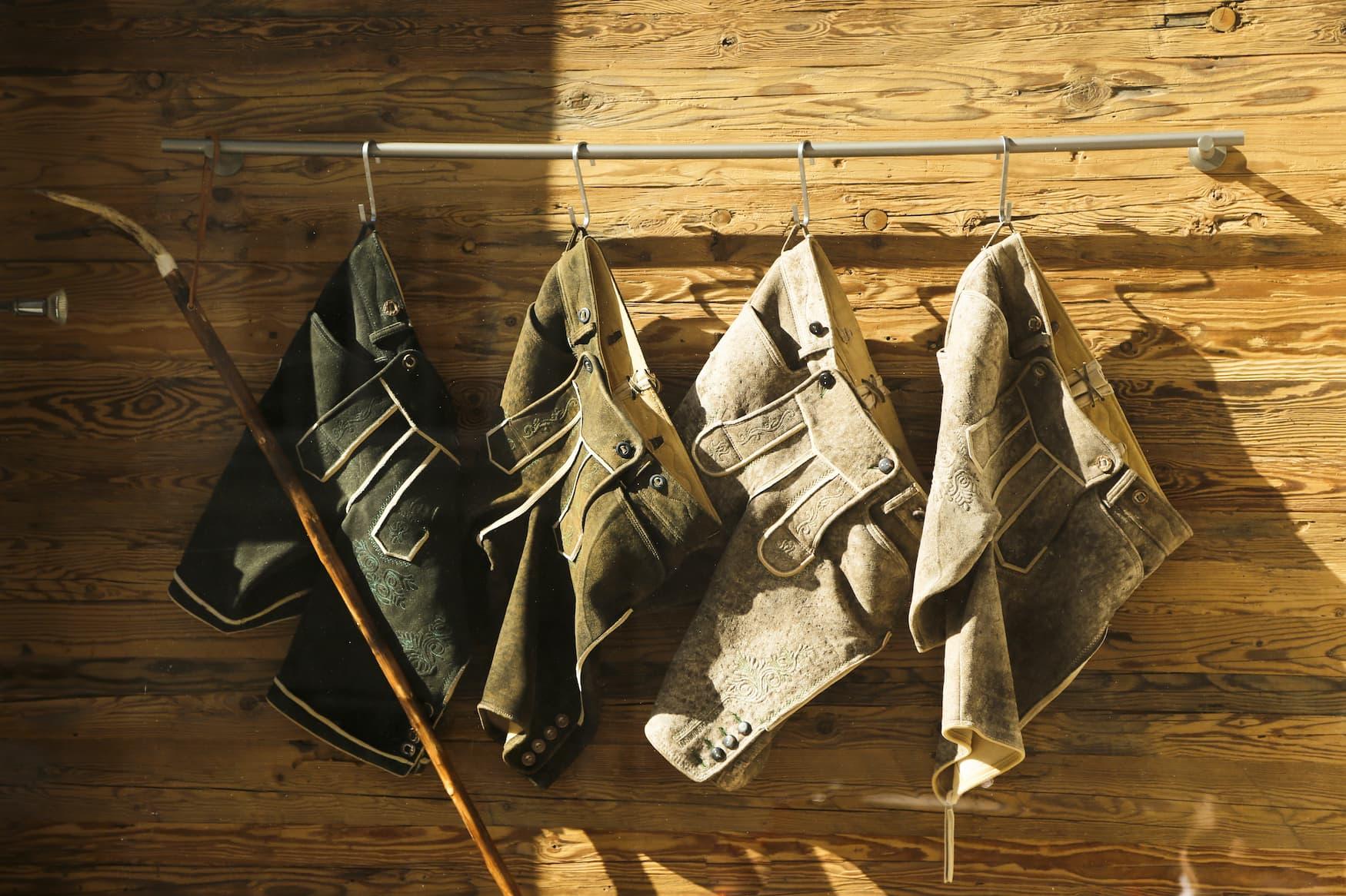 Lederhosen hängen vor einem Geschäft
