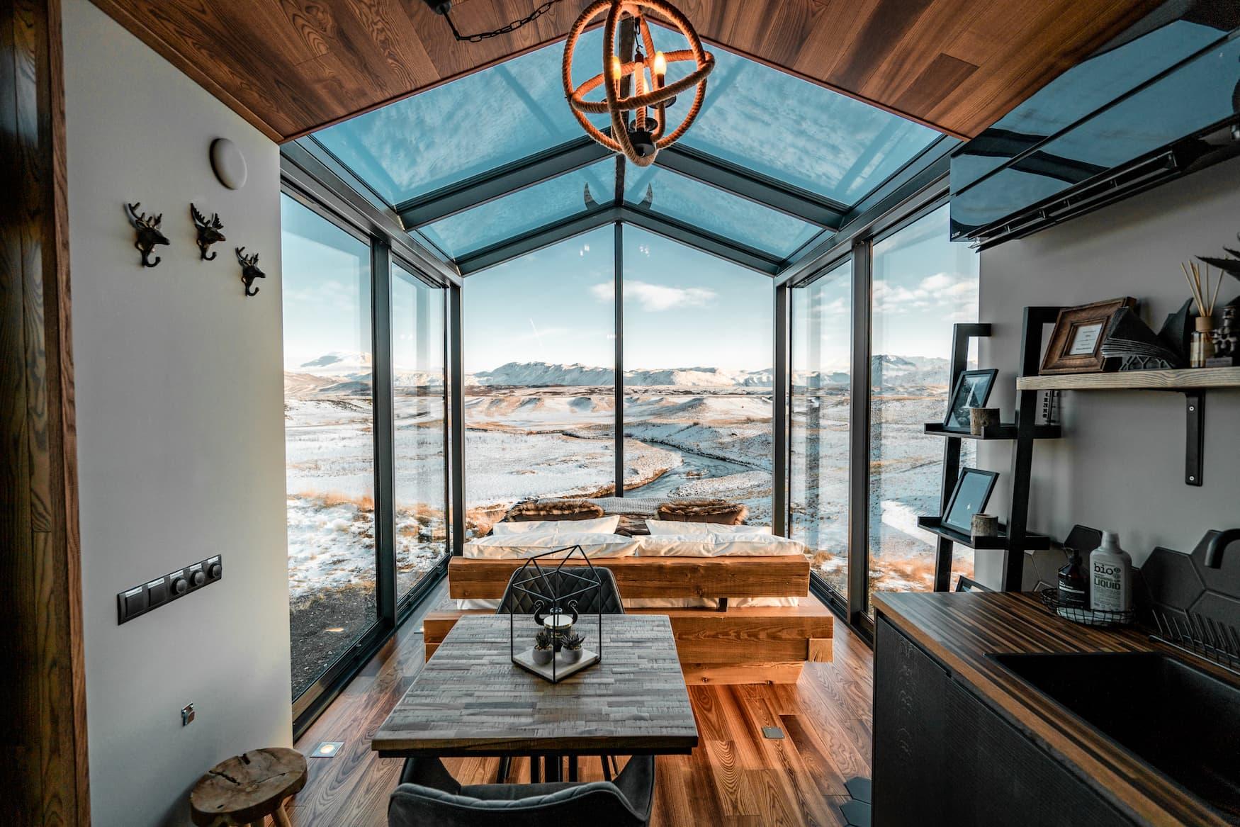 Ausblick aus der Panorama Glass Lodge auf die rauen Landschaften Islands