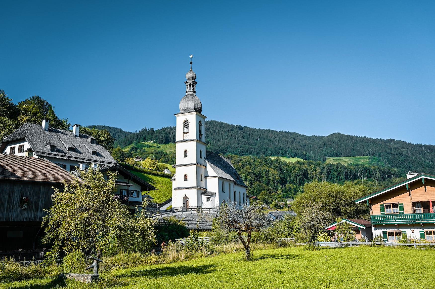 Pfarrkirche St. Sebastian im Dorf Ramsau in Bayern