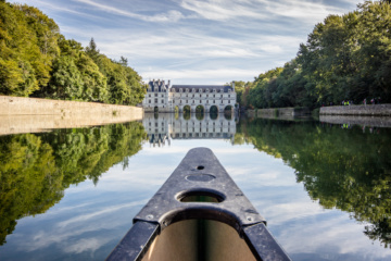 Kayak fährt über die Loire auf ein Wasserschloss zu