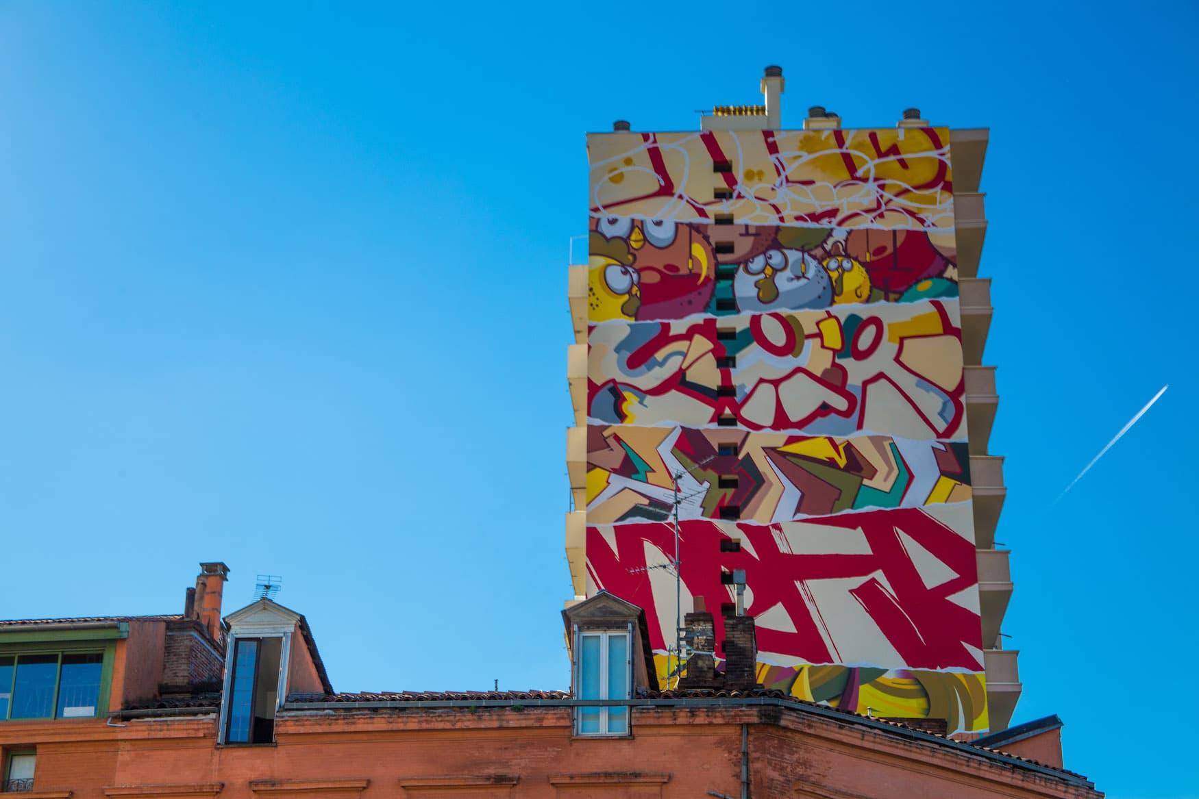 Graffiti an Hauswand des Künstlerkollektivs Truskool