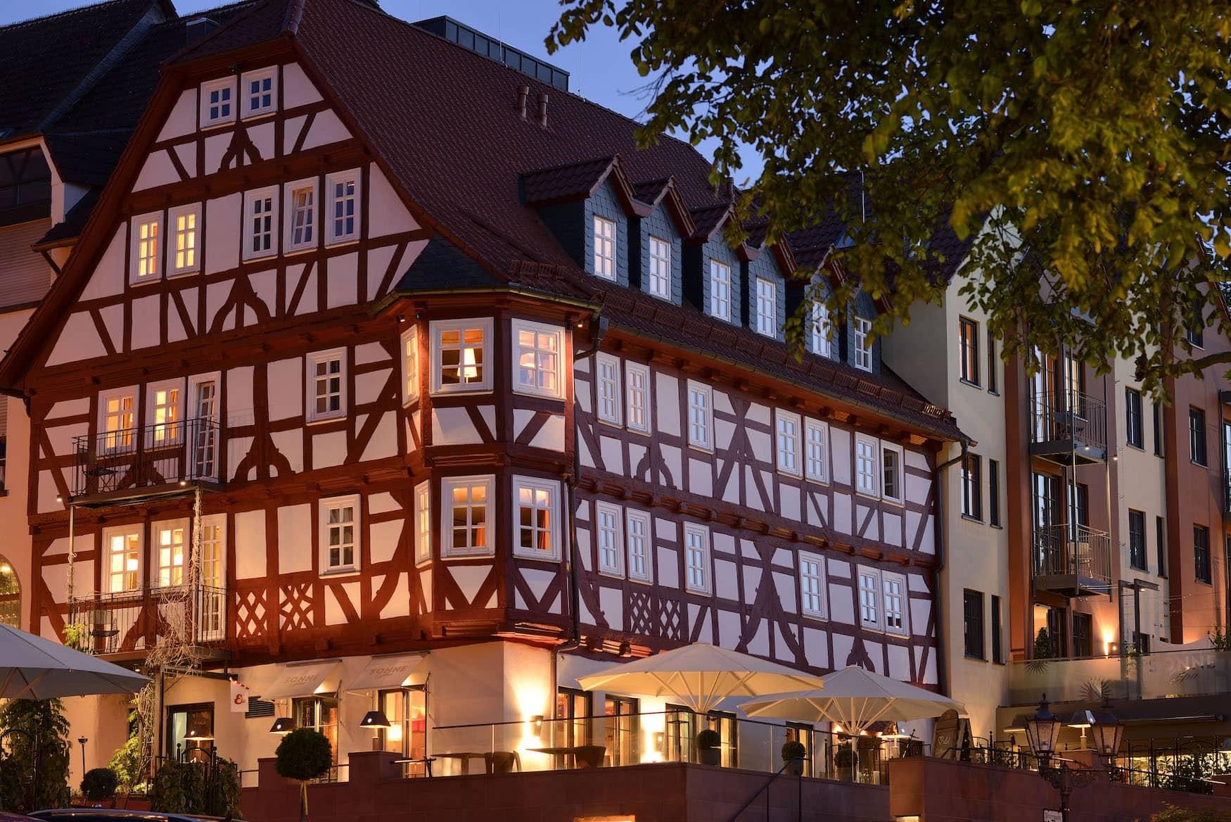 Fassade des Hotel Die Sonne Frankenberg am Abend
