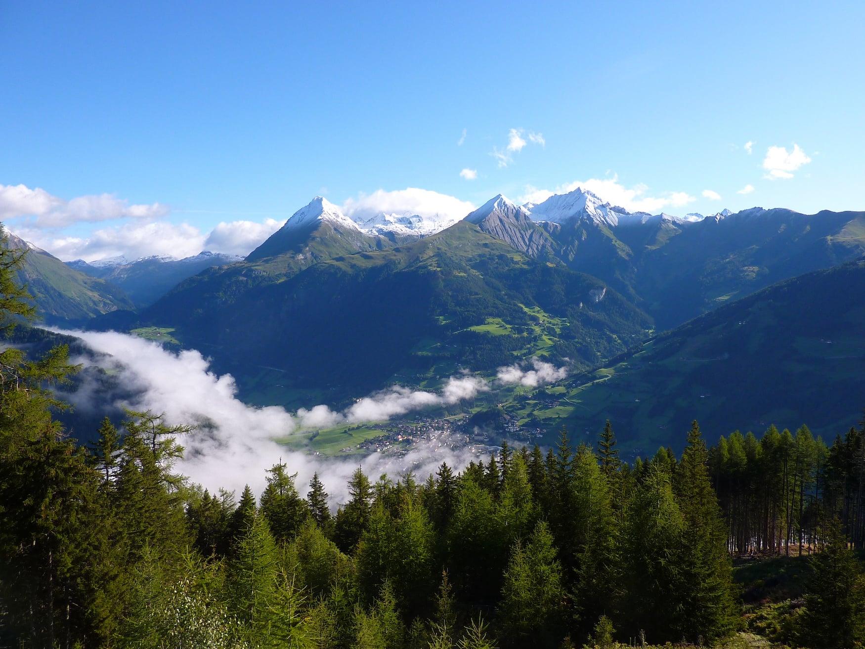 Blick auf das Bergdorf Matrei in Österreich