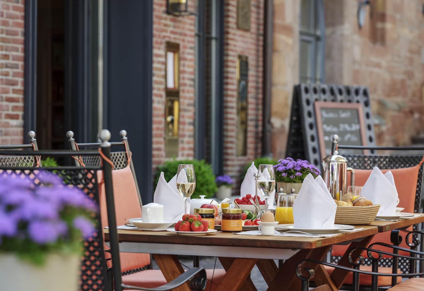 Servierter Frühstückstisch in schönem Hotel in Deutschland