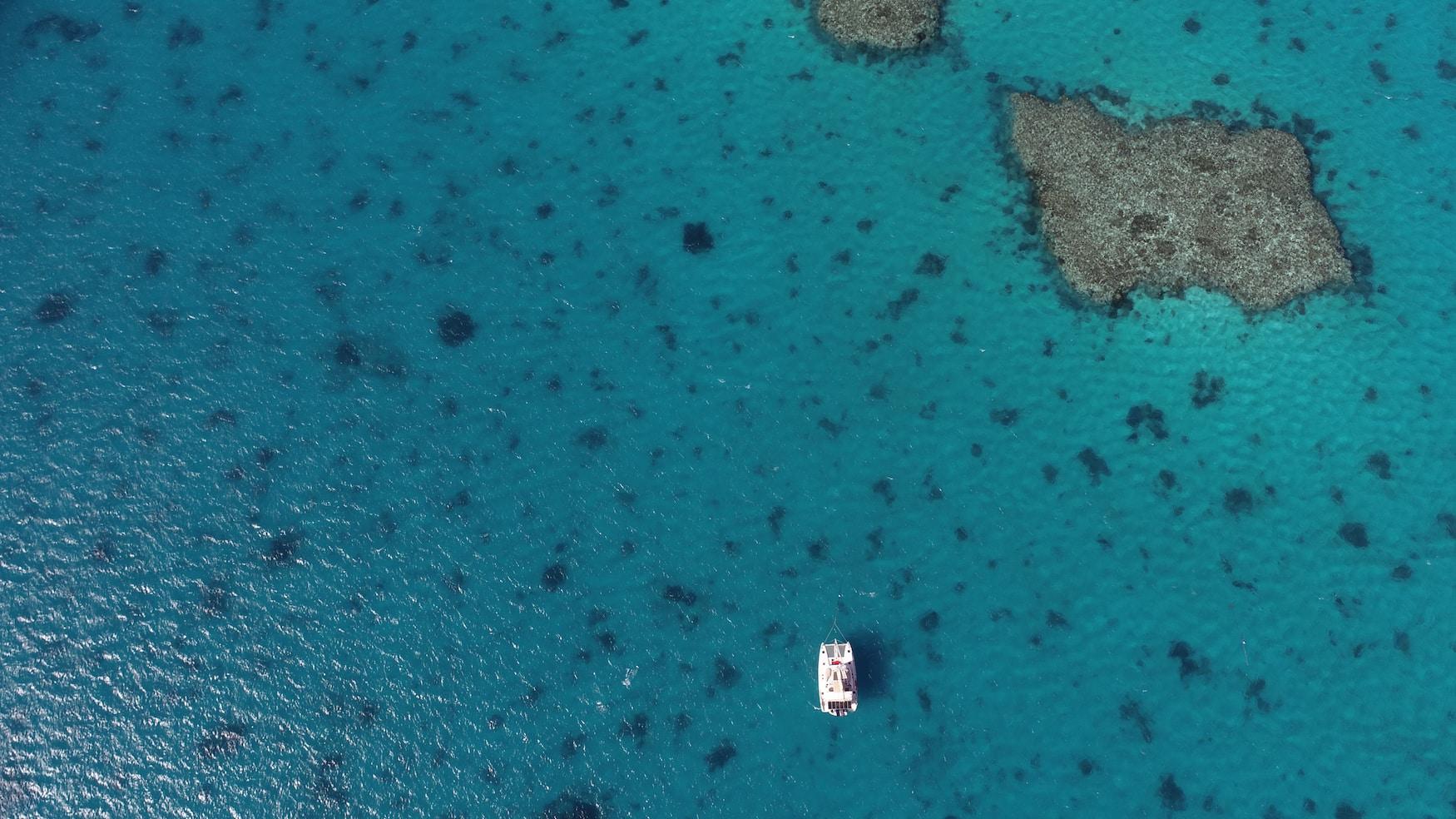 Yacht zwischen den Atollen der Lady Musgrave Island in Australien